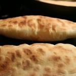 Les naans au kiri gonflent en cuisson