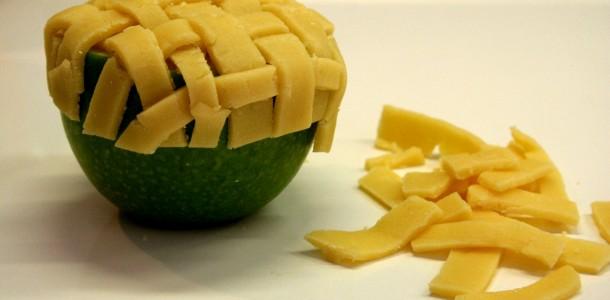 Poser le couvercle en pâte sablée -  tarte aux pommes revisitée