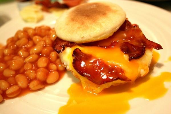 Muffin anglais et bacon croustillant