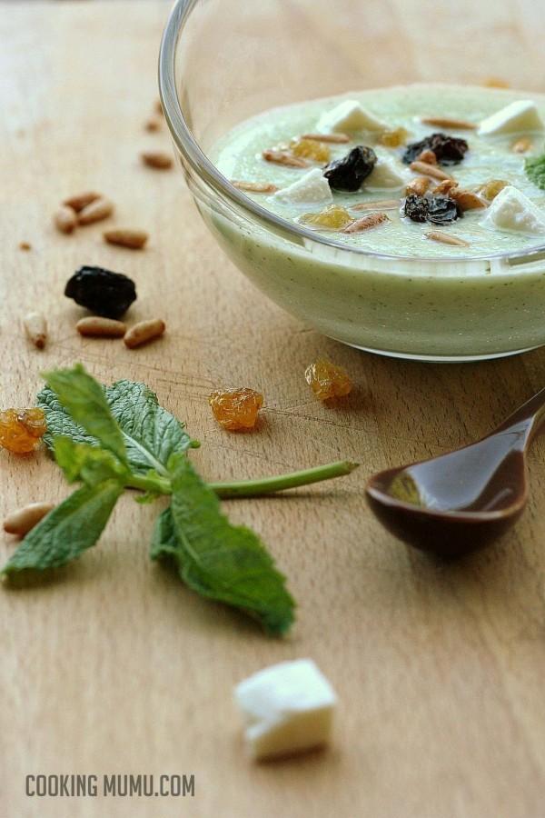 Soupe froide de concombre, menthe, feta, pignons et raisins